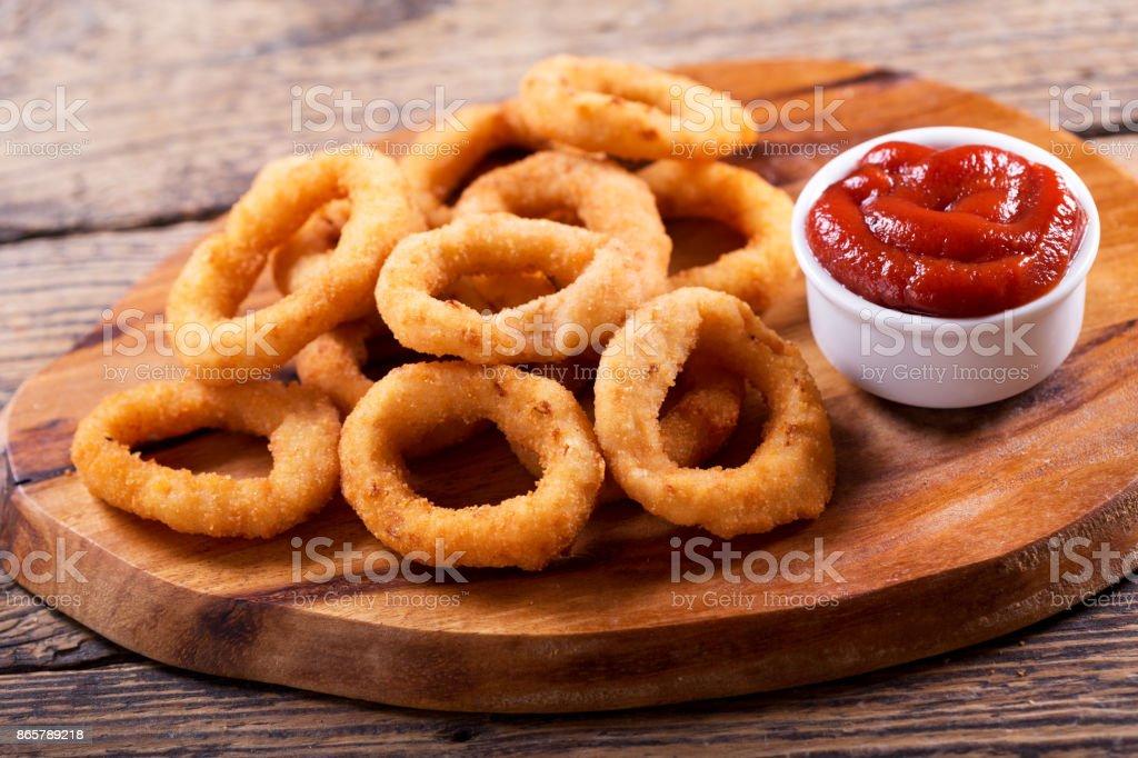 Anéis de cebola com ketchup - foto de acervo