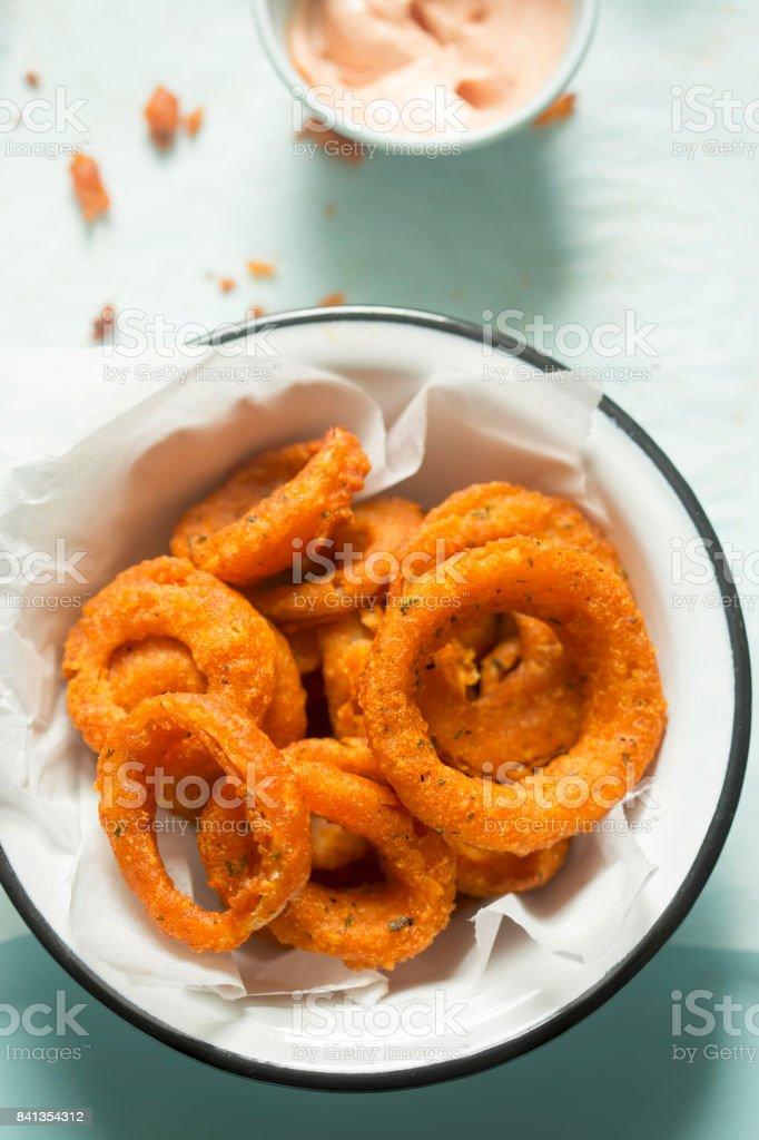 Anéis de cebola picante com molho de ketchup maionese - foto de acervo