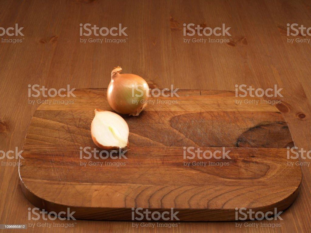 Planche À Découper Humoristique photo libre de droit de oignons sur planche À découper en