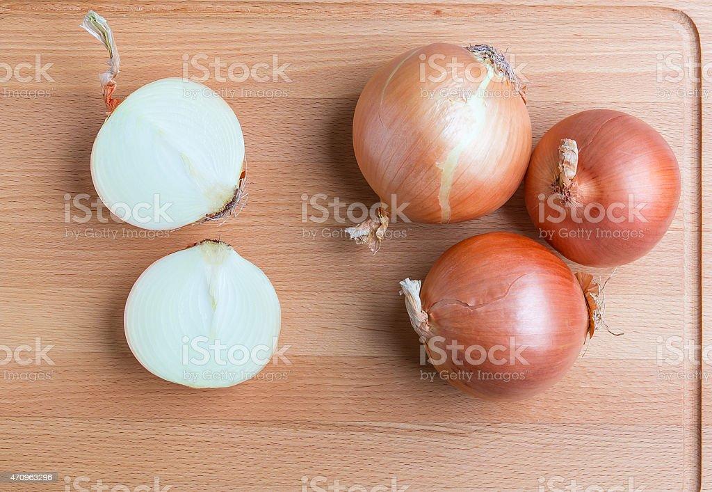 Zwiebeln auf hölzernen Schneidebrett – Foto