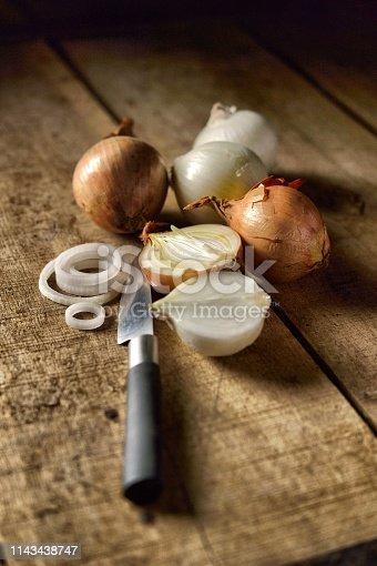 Oignons sur planche de bois rustique