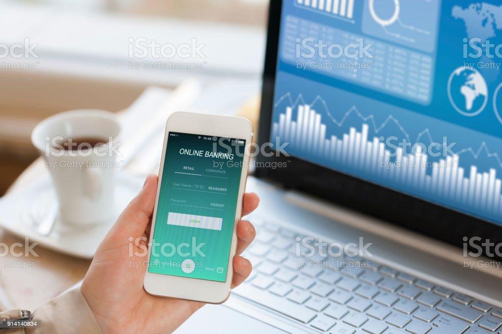 Online-Banking auf dem Smartphone mit dem Geschäftsmann Bildschirm – Foto