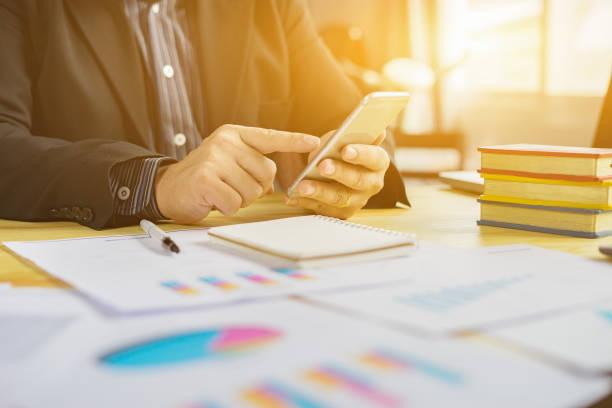Online-banking-Zahlung Kommunikation Netzwerk Technik Internet wireless-Tools Entwicklung mobile Smartphone Sync app: geschäftsfrau hält Smartphone für shopping oder Online-Zahlung, Vintage Farbe – Foto