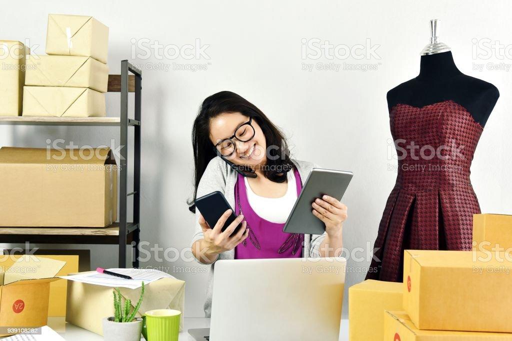 Online-Geschäft, junge Asiatin Arbeit zu Hause für e-Business-Handel, Inhaber eines kleinen Unternehmens prüfen und Verpacken Online-Bestellung bis zur Auslieferung beim Verkauf saisonal. – Foto