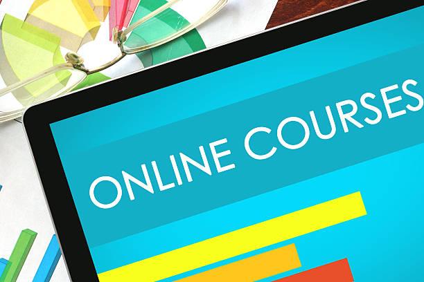 online courses written on a tablet. - e learning stockfoto's en -beelden