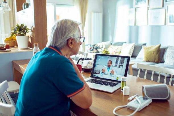 consulta de médicos en línea - telehealth fotografías e imágenes de stock