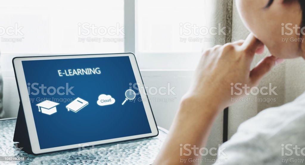 Concepto de educación, e-learning y e-book en línea. un hombre usando tableta digital para la educación en el hogar - foto de stock