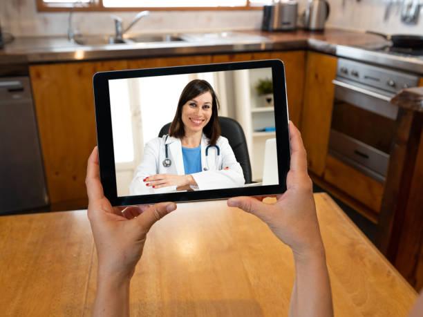 COVID-19 Online Gesundheitsversorgung. Scree Tablet-Bild der virtuellen Beratung mit Online-Ärztin, die medizinische Beratung und Behandlung während Coronavirus Pandemie Lockdown und soziale Entfernung. – Foto