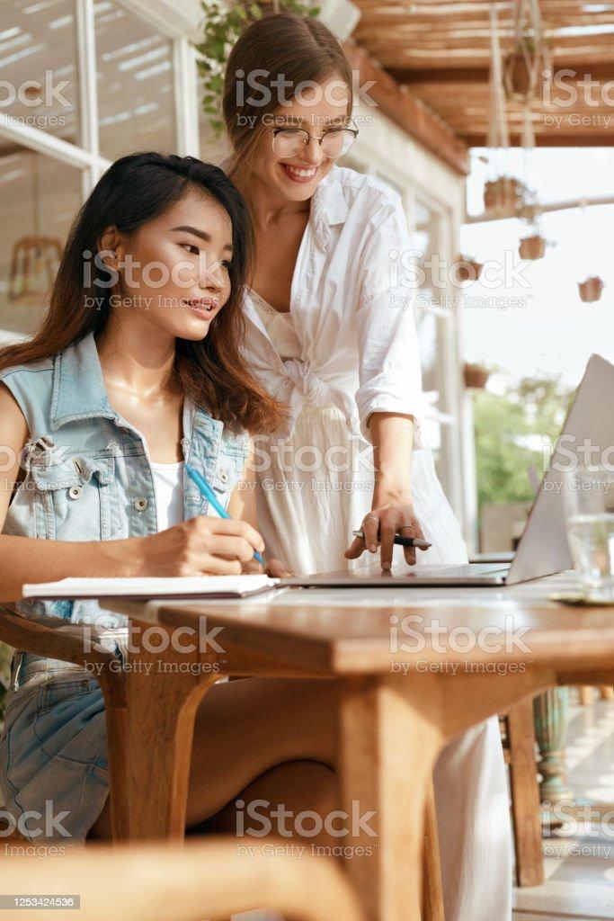 Работа для девушек в кафе на работу в мвд девушки