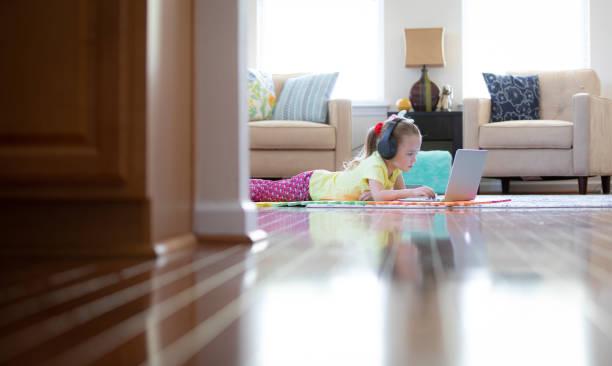 online-lernen und heimunterricht während covid-19 pandemic outbreak - homeschooling stock-fotos und bilder