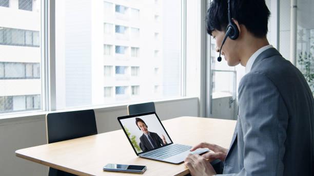 オンラインレッスンの概念。テレミーティング。会議。 - パソコン 日本人 ストックフォトと画像
