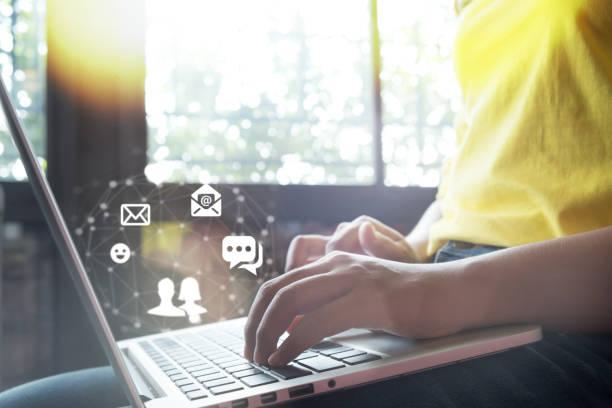 Online-Live-Chat-Chat auf Anwendung Kommunikation digitale Medien Website und soziale Netzwerke. – Foto