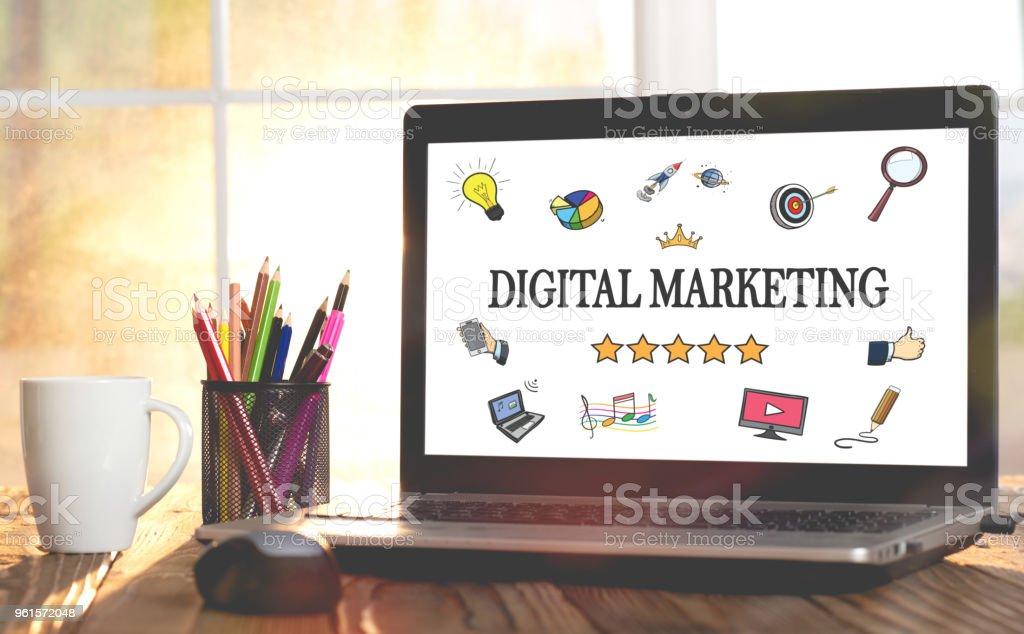 Online-Marketing-Konzept auf Laptop-Monitor – Foto