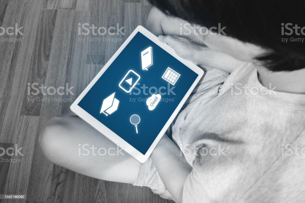 Online medios de comunicación y aplicación de tecnología de tableta digital. un hombre con aplicación de medios online en tableta digital - foto de stock