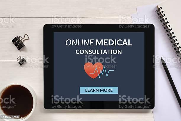 Onlinemedizinische Beratung Konzept Auf Tabletpcbildschirm Mit Büromaterialien Stockfoto und mehr Bilder von Schreibtisch