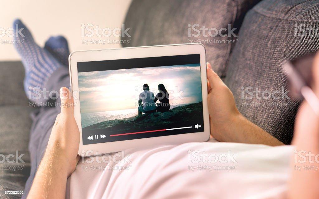 Corriente de películas en línea con dispositivo móvil. - foto de stock