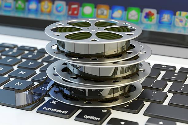 online-tv, kino konzept, internet-video- und multimedia-inhalte - tastatur bilder stock-fotos und bilder