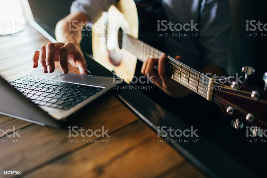 Online-Musik-Kurse lernen Gitarre spielen – Foto