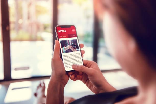 Online-Nachrichten auf einem Smartphone. Frau lesen Nachrichten oder Artikel in einem Handy-Bildschirm-Anwendung zu Hause. Zeitung und Portal im Internet. – Foto