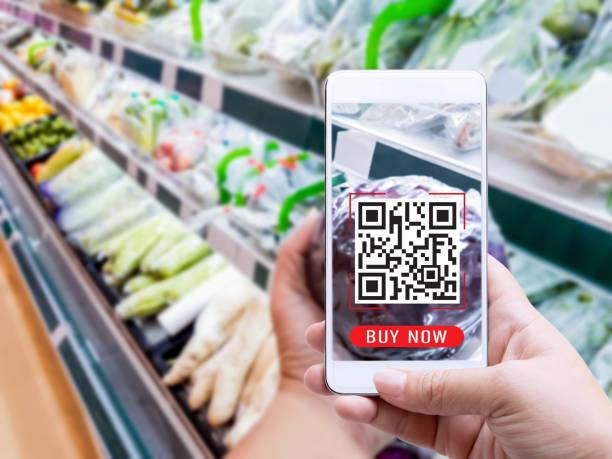 터치 스크린 개념에 온라인 주문 식료품 쇼핑. 성분 및 지불 라벨에 QR 코드 또는 전자 지갑을 확인 하 고 스마트폰을 들고 있는 여자 손. 라이프 스타일을위한 비즈니스 및 기술. 스톡 사진