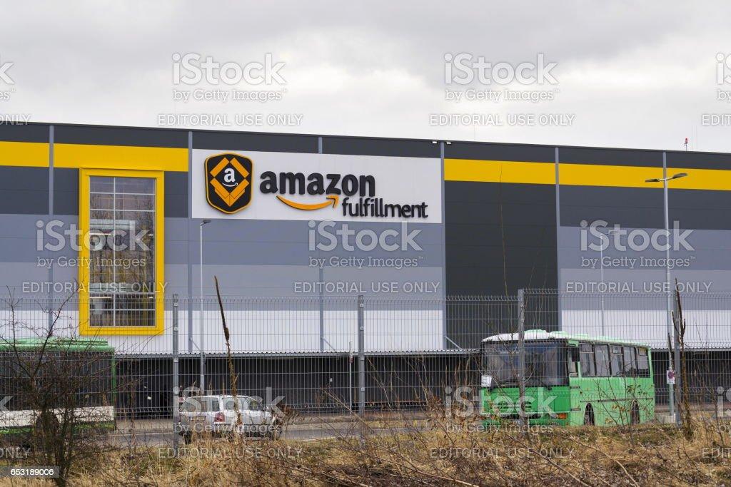 Online retailer company Amazon fulfillment logistics building - Foto stock royalty-free di Affari