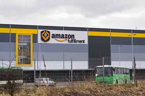 Online Retailer Company Amazon Fulfillment Logistics Building - Fotografie stock e altre immagini di Affari