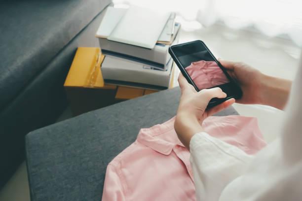 Online-Verkäufer-Besitzer machen ein Foto von Produkt für den Upload auf Website Online-Shop. – Foto