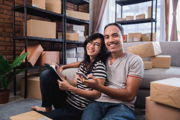 online-verkäufer bereiten ihr produkt - umzug checkliste stock-fotos und bilder
