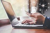 オンライン ショッピング、クレジット カード、彼女のショッピングのためのクレジット カードを持っている手のデータ暗号化