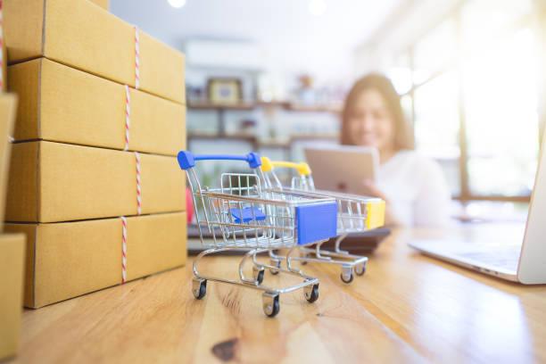 concepto servicio online de compras y entrega. - suministros escolares fotografías e imágenes de stock