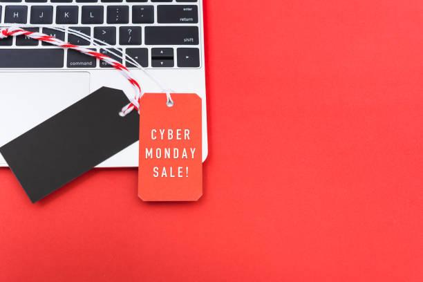 интернет-магазин cyber понедельник текст с красным тегом этикетки и пустой черный красный тег на ноутбуке - cyber monday стоковые фото и изображения