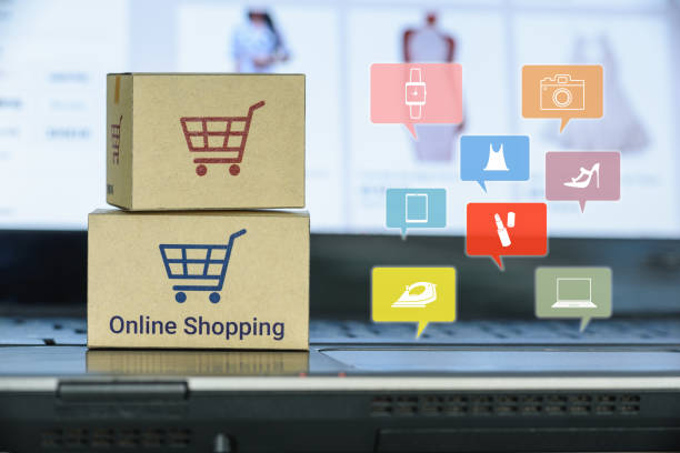 Online shopping / e-commerce and customer experience concept Boxes with shopping cart on a computer keyboard, depicts consumers / buyers buy or purchase goods and service from home or office discount store stock pictures, royalty-free photos & images