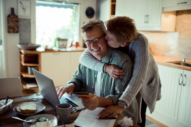 online winkelen - ouder volwassenen koppel stockfoto's en -beelden