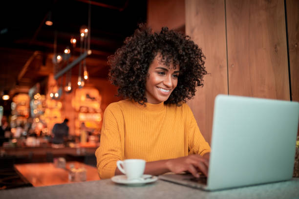 compras en línea - trabajo freelance fotografías e imágenes de stock