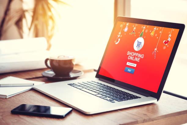 online-shopping-website auf laptop-bildschirm für geschenk auf saisonale und urlaub für weihnachten und neues jahr geschenk kaufen. online-shopping-konzept - weihnachtsprogramm stock-fotos und bilder