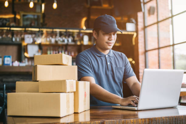 online shopping young start small business in a cardboard box at work. the seller prepares the delivery box for the customer, online sales, or ecommerce. - post it notes zdjęcia i obrazy z banku zdjęć