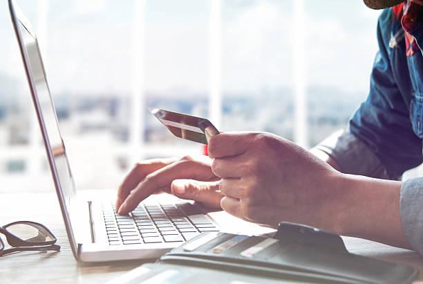 Online-shopping. Hände halten eine Kreditkarte und benutzt Laptop. – Foto