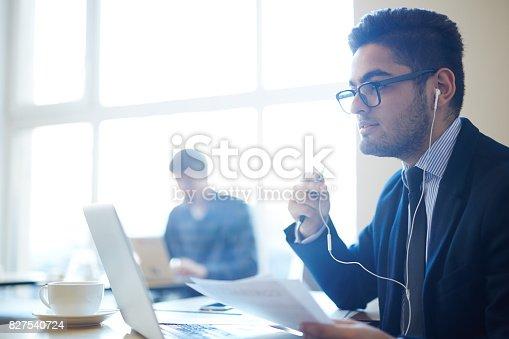 istock Online talking 827540724