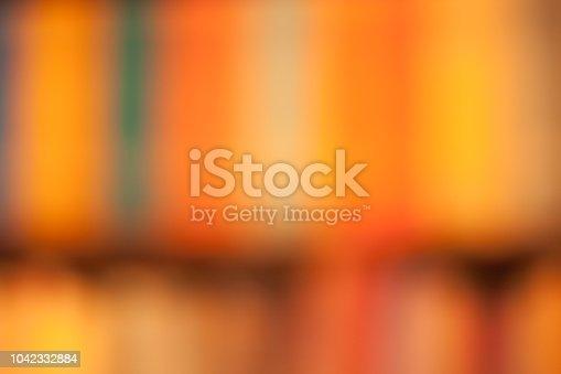Onscherpe achtergrond in oranje/ rood van boeken