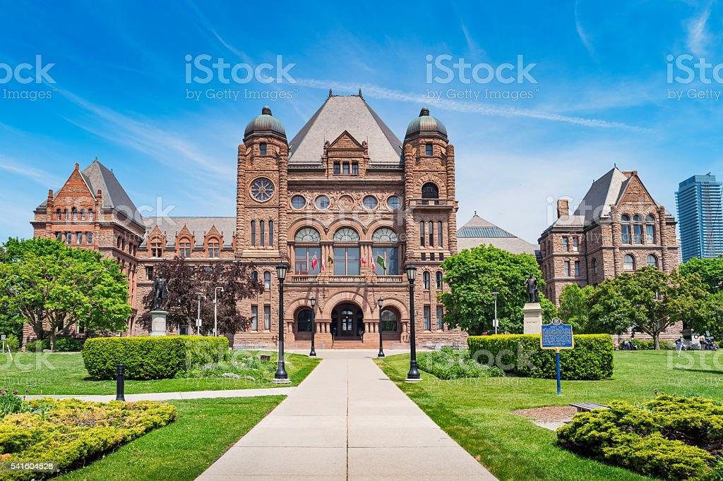 Edificio de la asamblea legislativa de Ontario al Queens Park en Toronto, Ontario, Canadá - foto de stock