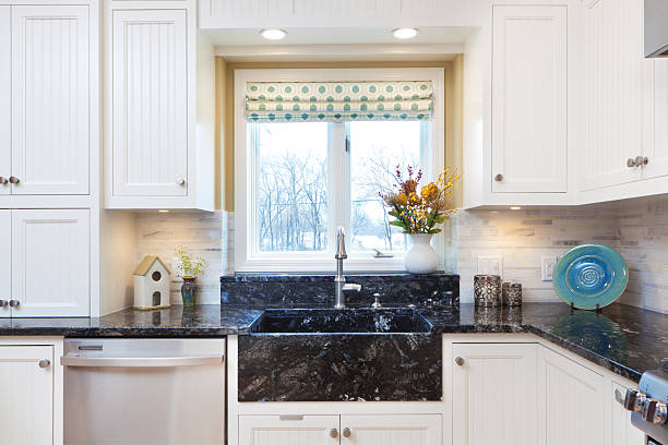 im modernen klassische küche mit maßgefertigten granitwaschbecken - küche neu gestalten ideen stock-fotos und bilder