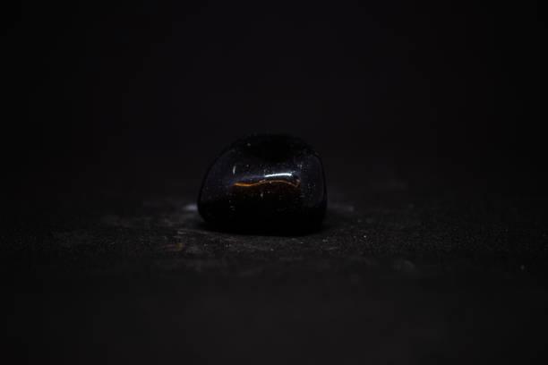 onyx mineraal uit brazilië met zwarte achtergrond - onyx stockfoto's en -beelden