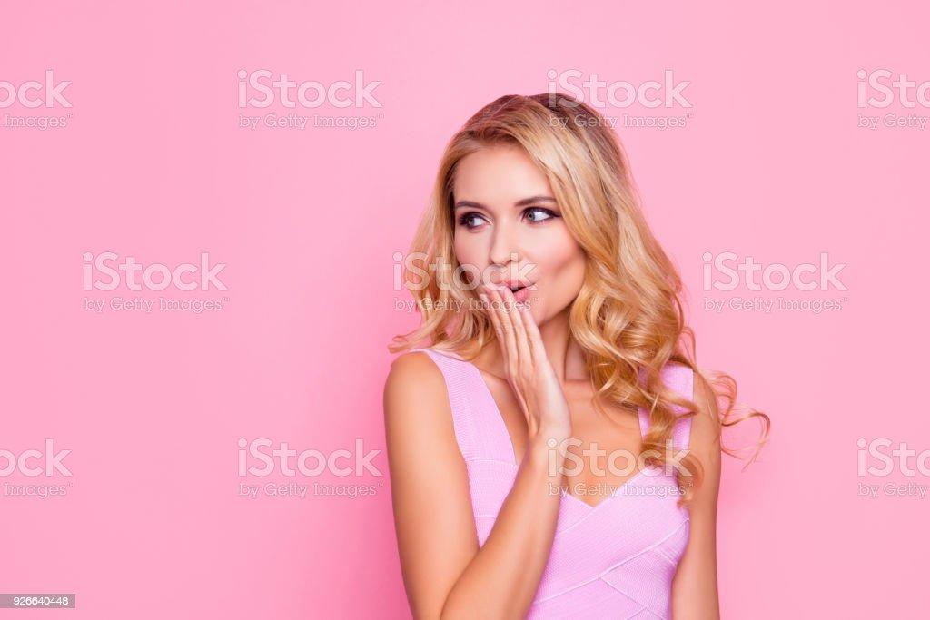 Hoppla! Nahaufnahme Portrait von sexy, schön, beeindruckt, erstaunt blondes Mädchen hielt ihre Hand in der Nähe von Mund, Blick auf die Seite auf rosa Hintergrund – Foto