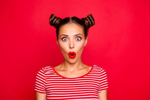 ¡Uy! Closeup retrato de dado una sacudida eléctrica modelo impresionado con labios rojos con inesperada reacción increíble mirando a cámara con ojos abiertos y la boca aislado sobre fondo rojo - foto de stock