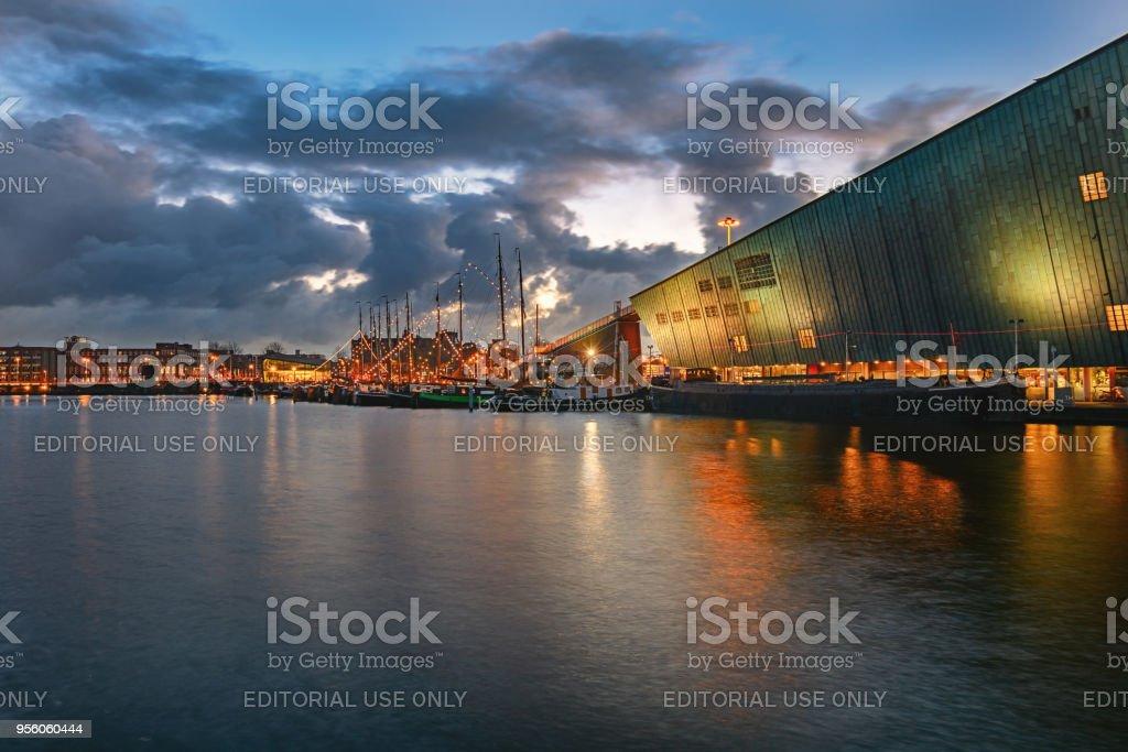Oosterdok canal à Amsterdam avec le Musée des sciences Nemo - Photo
