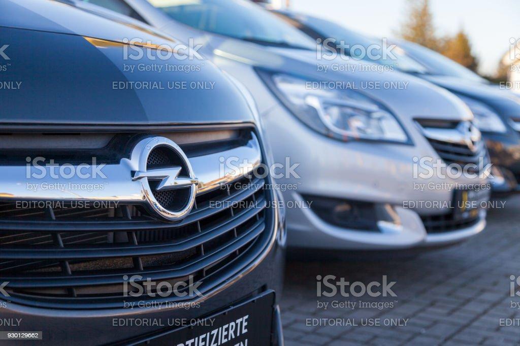 opellogo auf einem auto bei einem opel händler in deutschland opel