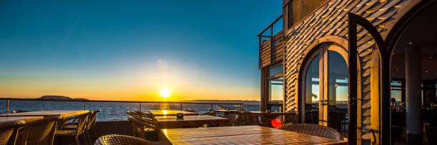 Freiluft-Restaurant bei Sonnenuntergang – Foto