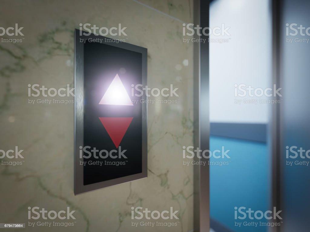打開和關閉的鉻金屬辦公大樓電梯門概念 免版稅 stock photo