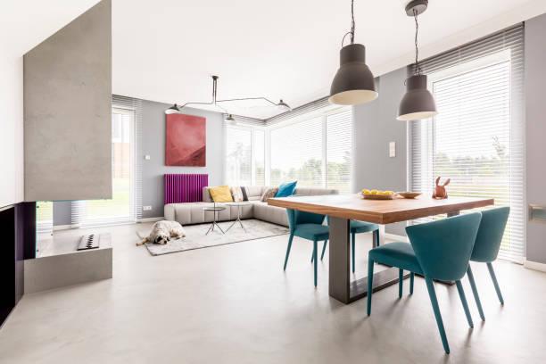 Offene Wohnung mit Beige couch – Foto
