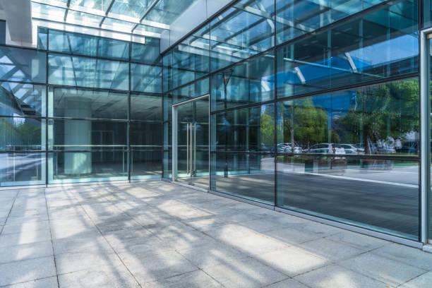 öppen plats framför byggnaden - fönsterrad bildbanksfoton och bilder